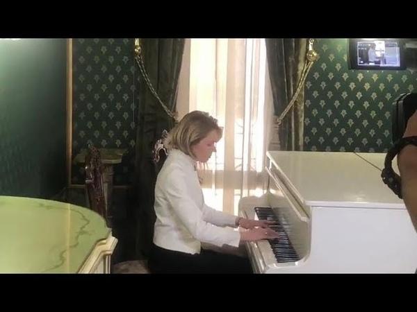 Наталья Поклонская играет на рояле «Меланхолический вальс» Александра Даргомыжского
