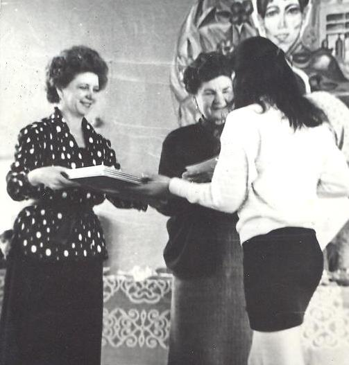 Верзакова Л.А. вместе с заврайоно Ушаковой А.И. вручают призы победителям конкурса детского прикладного творчества, 1992 год.