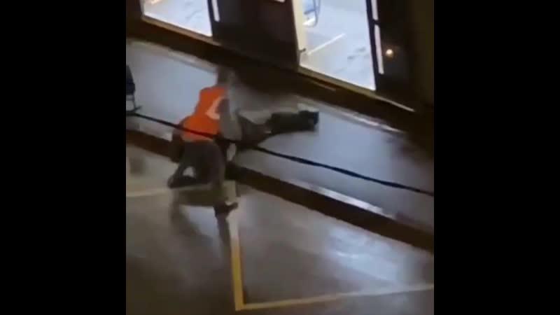 Водитель трамвая обнаружил алкаша в салоне и вытащил его за голову