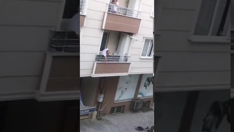 Sosyal medyada gündem oldu! Tencereyi atarken balkondan düştü