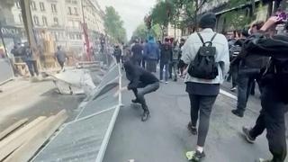 Во Франции полиция разогнала митинги против очередных антиковидных мер.