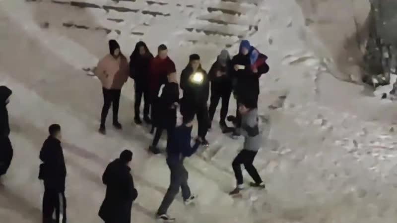 Подростки устроили уличный бой около торгового центра в Новосибирске