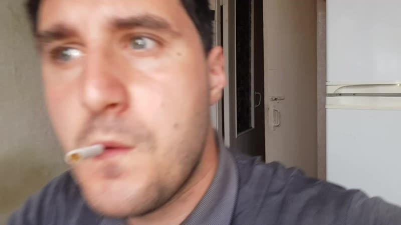 Эльдар Богунов пьет кофе, курит сигарету и ест вищни
