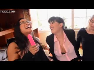 3 лесбиянки устроили групповуху со страпоном (lesbian group sex strapon milf в чулках зрелки)