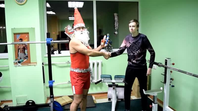Тренер Байхуватов Алексей поздравляет спортсменов-подростков перед тренировкой.