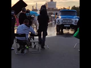 "Глюк'oZa и Александр Ревва в парке на съёмках ""Прабабушка лёгкого поведения"" (август 2020 года)"