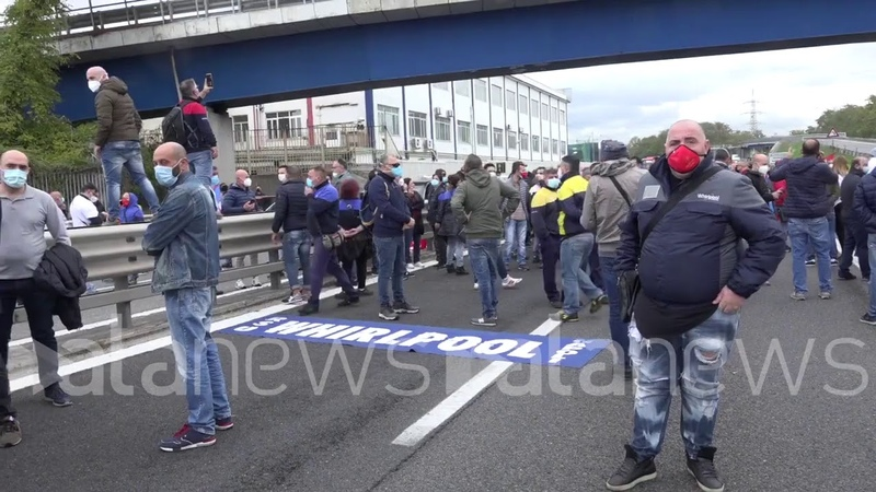Whirlpool Gli operai in corteo bloccano l'autostrada a Napoli