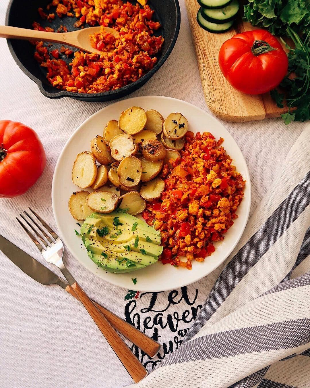 Веганский скрэмбл (яичница-болтунья) с овощами