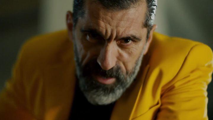 """Halka Dizisi on Instagram: """"Herkes aynı soruyu soruyor: Kim bu sarı takım elbiseli adam? Halka @trt1 @esfilmcomtr halkadizi yenidizi polisiye ..."""