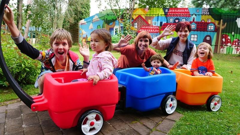 Песенки для детей сборник Адриан Маша Капуки и Бьянка катаются с друзьями на детской площадке