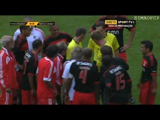 Luisão knocks out referee in game Fortuna vs. Benfica FAIL (Luisao schubst Schiedsrichter)