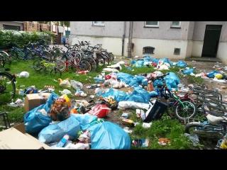 Беженцы из африки выкидывают мусор из окон в аугсбурге (müll vor dem asylheim in augsburg)