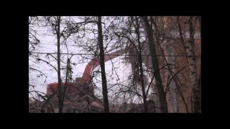 Экскаватор рушит Старую Первую Школу Фрязино 6 февраля 2016