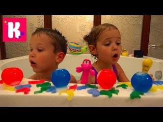 В огромной ванной Животные и водяные бомбочки Макс и Катя забросали папу водой игрушки для воды