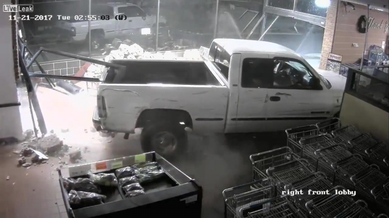 В США двое неизвестных на угнанном пикапе разъебали супермаркет, спиздили банкомат и скрылись