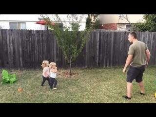 Папа учит дочек делать колесо!