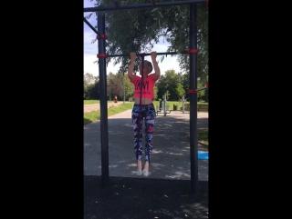 """Вика, ученица школы Синди на занятии в парке """"Садовники"""""""