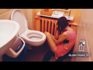 Девушка застукала (застала) своего парня с лучшей подругой в туалете. теги: спалили, измена, жёсткое видео