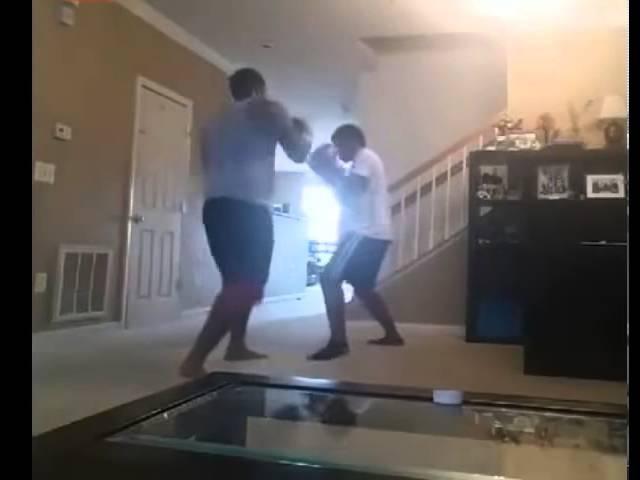 Padre boxea con su hijo como castigo por haberse escapado de la escuela