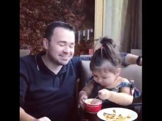 Малышка кормит папу