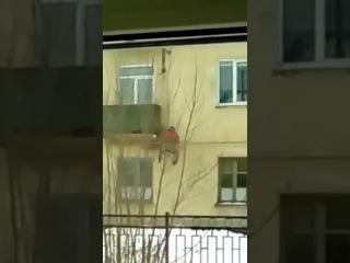 В Пензе пенсионер-инвалид добирается к себе в квартиру с помощью самодельного лифта