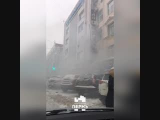 Девушка прыгает из окна на пожаре в БЦ. Пермь.