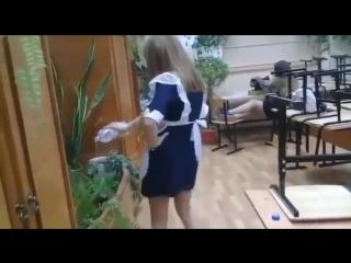 Красивые школьницы выпускницы в короткой юбке и платье танцуют на камеру