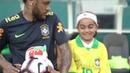 Fã ganha presente de aniversário e conhece Neymar Jr