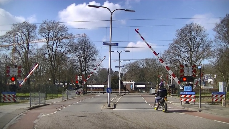 Spoorwegovergang Santpoort Zuid Dutch railroad crossing