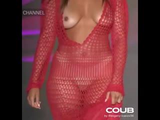 Показ моды, CHANNEL, модель с голыми сиськами на подиуме