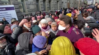 Тем временем под харьковским горсоветом бабули стоят ТОЛПОЙ, чтобы получить медицинские маски