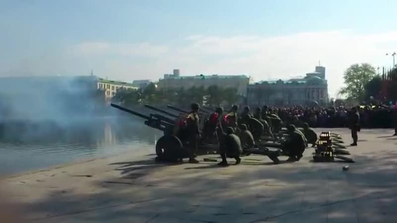 Залпы из орудий на плотинке 09.05.2012
