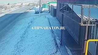 ЧП-САРАТОВ. МУЖЧИНА ПОГИБ ВЫЛЕТЕВ ИЗ АВТОМОБИЛЯ (камера видеонаблюдения)