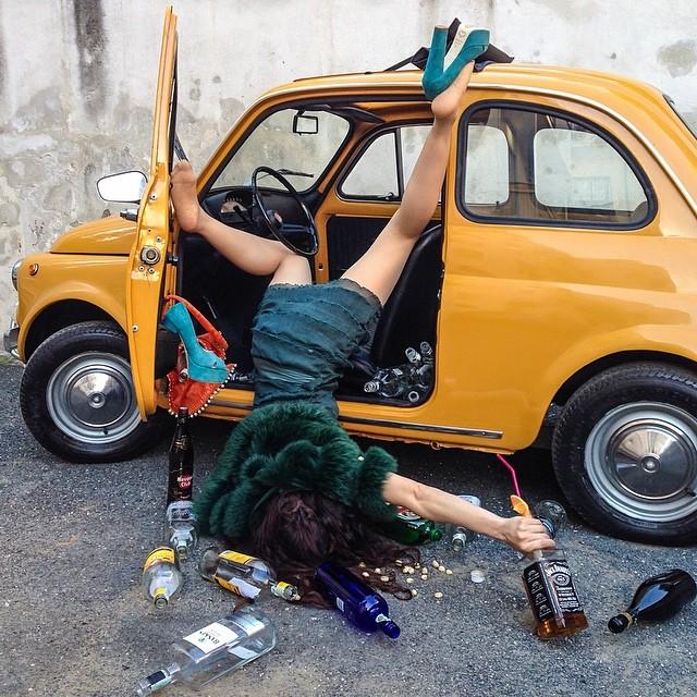 Фотограф Сандро Джордано создал серию весёлых снимков, представив моделей в роли людей, которые только что навернулись и разбросали вокруг свои вещи.