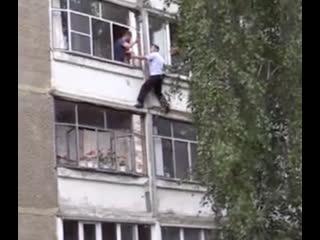 В Саранске неадекватный мужчина угрожал выкинуть грудного ребёнка из окна