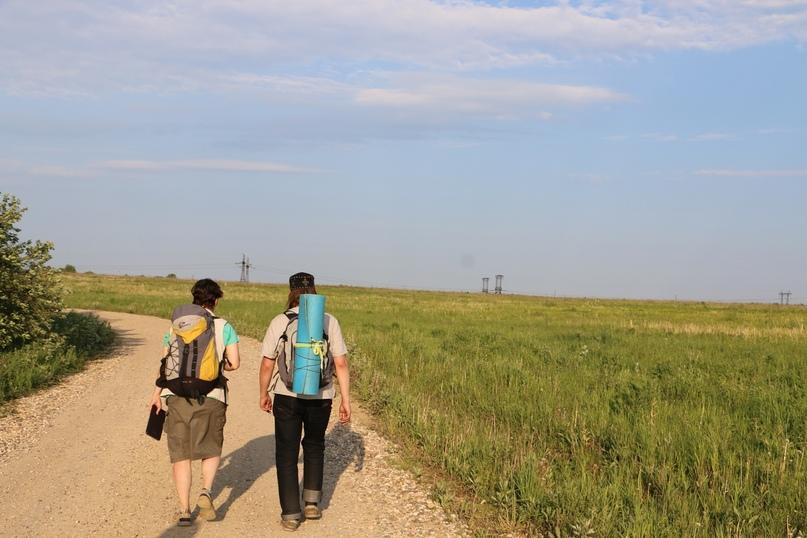 Троицкая дорога между полем и лесом. Лика и иерей Александр Гумеров. Батюшка в паломническом пути — это Важно для всех!