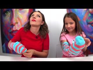 ВИКИ ШОУ - Что в Носке Челлендж с Мамой или Кто Нащупает Быстрее (Новое видео Viki Show)