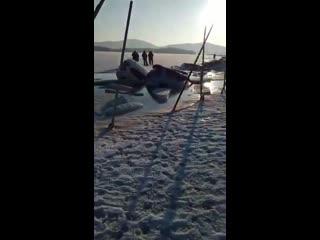 30 машин провалились под лед на острове русский во владивостоке.  на месте работают мчс, по их словам, пострадавших нет — кто-то