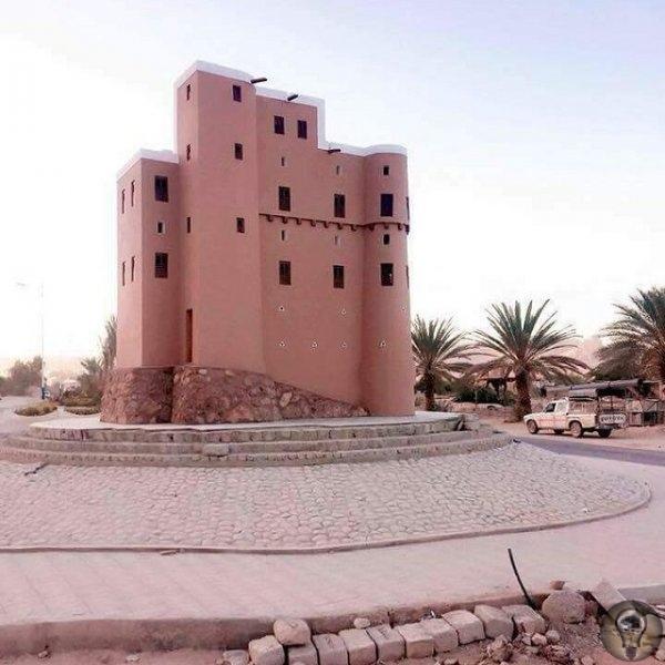 ШИБАМ - МАНХЭТТЕН ПУСТЫНИ С НЕБОСКРЕБАМИ ИЗ ГЛИНЫ Йеменский город Шибам называют Манхэттеном пустыни и не просто так. Этот древний город имеет уникальную архитектуру и является старинным