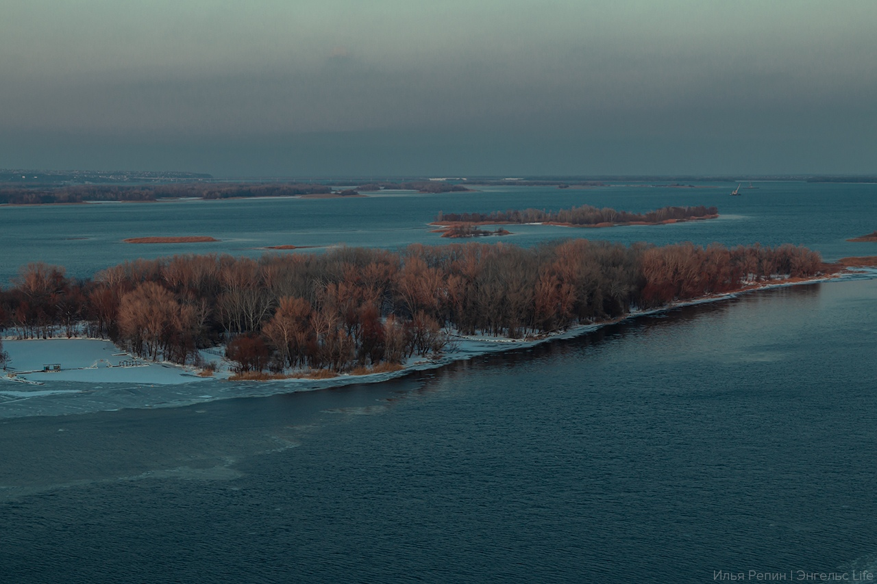 Остров Пономарёвский (старое название Осокорье) располагается напротив городского пляжа Энгельса.
