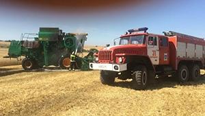 Комбайн и поле с пшеницей загорелись во время уборочных работ