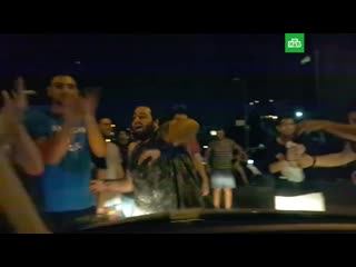 Митингующие поют ребенку Baby Shark