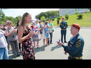 Выпускник вуза МЧС России после вручения первого офицерского звания сделал предложение любимой