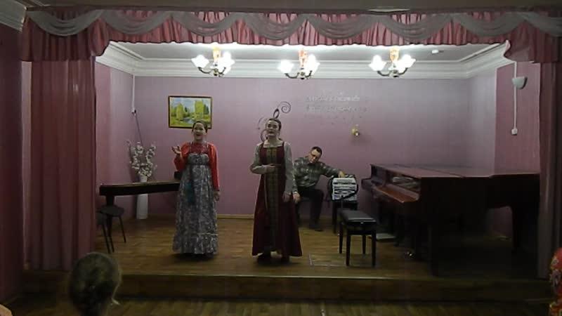 У меня под окном расцветает сирень исполняют Юлия Князева и Валерия Даровко