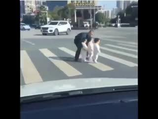Папа переводит через дорогу своих малышеи