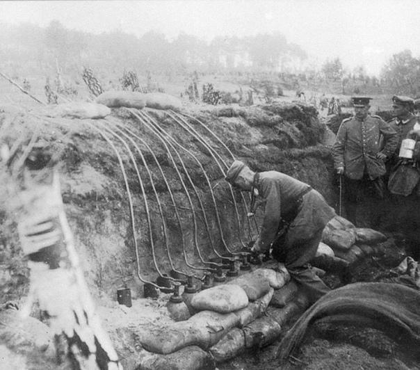 Немецкие военные подготавливают газовую атаку хлором (Осовец, Польша, Первая мировая война, 1915 год)
