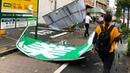 Сильнейший тайфун парализовал Токио Японцам пришлось справлять нужду в поезде