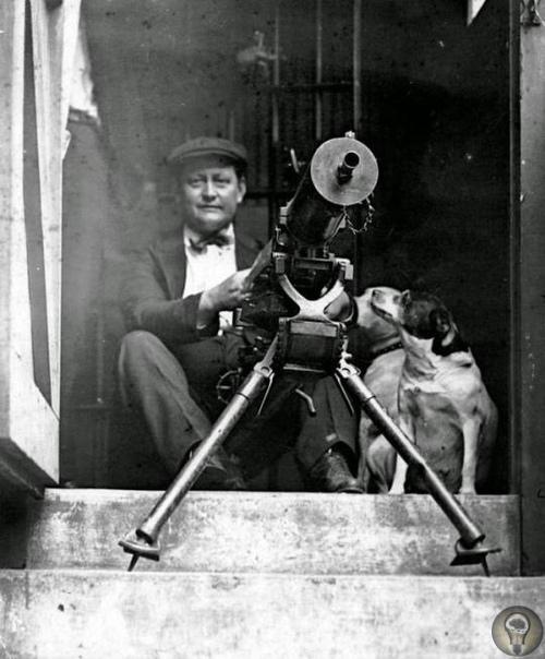 Мужчина, вооруженный пулеметом, во время расовых беспорядков в Чикаго, 1919 год.