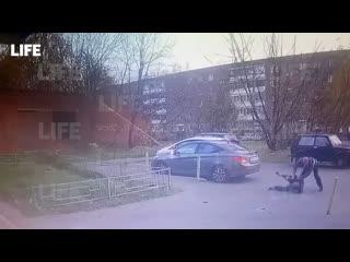 18+ момент жестокого нападения мужчины с ножом на прохожего в зеленограде