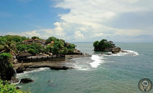 Танах-Лот это горы и храм в Бали. Все это можно найти у берегов острова. Сюда приходят не только паломники, но и простые туристы поглазеть на экзотику и природу. Танах-Лот можно часто увидеть на